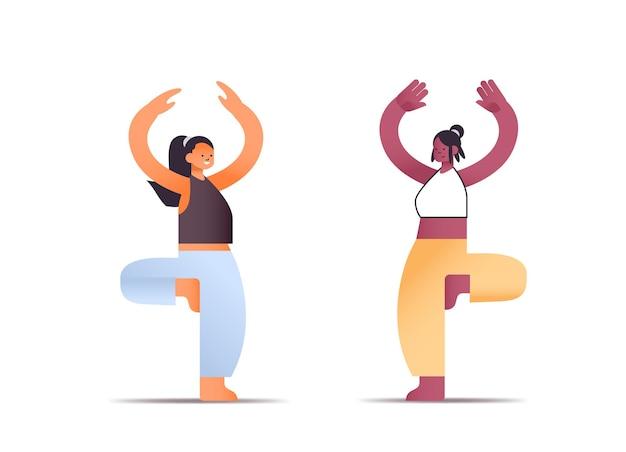 Mescolare le donne della corsa in abiti sportivi facendo esercizi yoga concetto di stile di vita sano