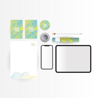 Mockup tablet smartphone carta e matita design del modello di identità aziendale e tema del marchio