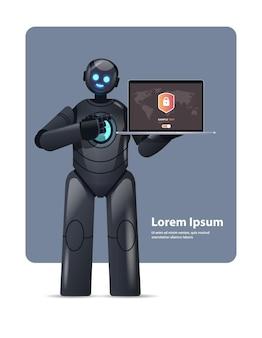 Moderno robot nero cyborg che tiene in mano un computer portatile con protezione informatica protezione dei dati di sicurezza tecnologia di intelligenza artificiale