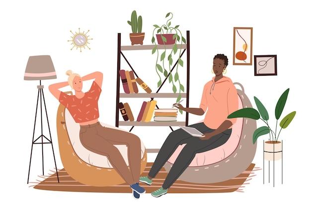 Interni moderni e confortevoli del concetto di web del soggiorno. le donne si siedono su sedie borse, libreria con libri e decorazioni, piante domestiche