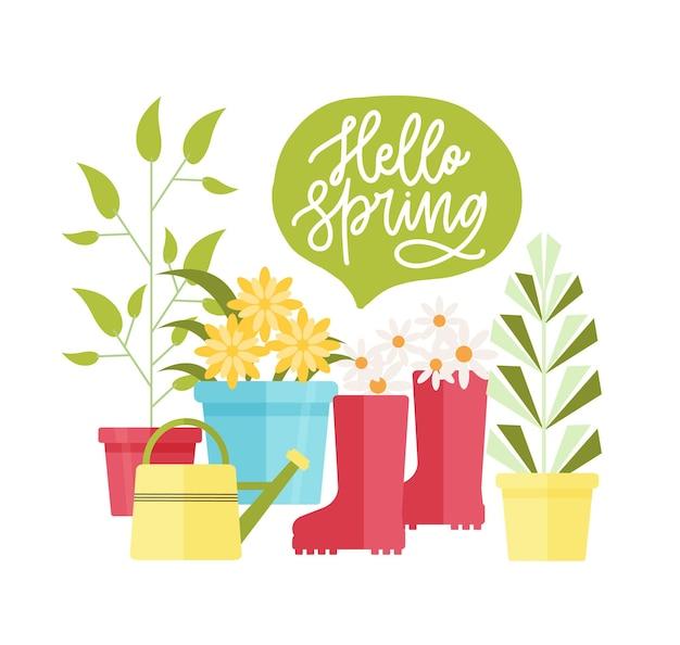 Composizione moderna con attrezzature per il giardinaggio e l'agricoltura, scritte hello spring e piante che crescono in vasi isolati su bianco
