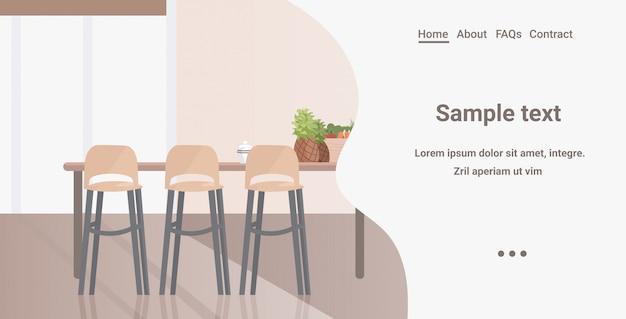 Interni moderni della cucina non svuotano la stanza della casa della gente con lo spazio orizzontale della copia della mobilia