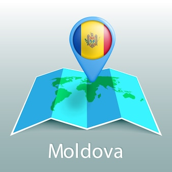 Mappa del mondo di bandiera della moldavia nel pin con il nome del paese su sfondo grigio