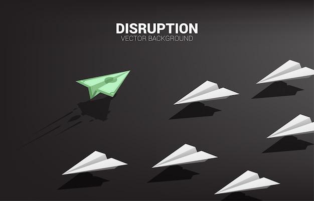 L'aeroplano di carta di origami delle banconote dei soldi va in modo diverso dal gruppo di bianco. concetto di business di missione di interruzione e visione.