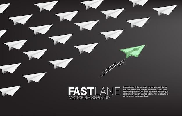 L'aeroplano di carta di origami delle banconote dei soldi si muove più velocemente del gruppo di bianco. concetto di business di corsia veloce per lo spostamento e la commercializzazione