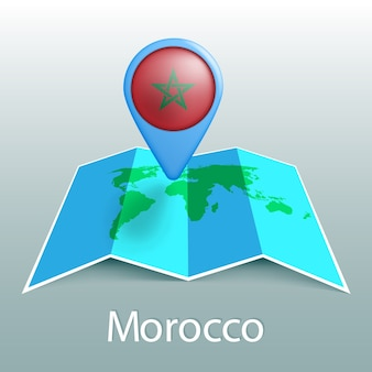 Mappa del mondo di bandiera del marocco nel pin con il nome del paese su sfondo grigio