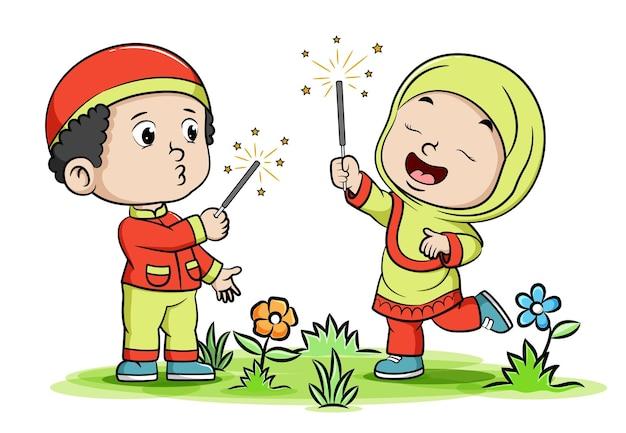 I bambini musulmani stanno accendendo i fuochi d'artificio nella notte dell'illustrazione del ramadhan