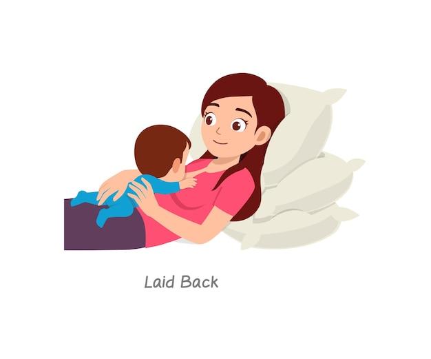 Madre che allatta il bambino con una posa chiamata rilassata
