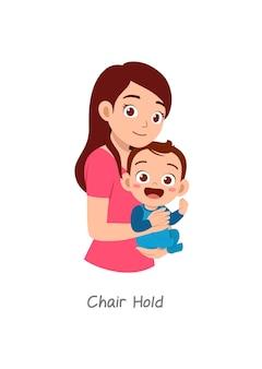 Madre che tiene in braccio il bambino con una posa chiamata attesa della sedia