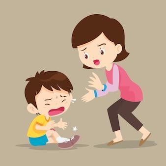 Madre che guarda il ragazzo con ferite sulla gamba