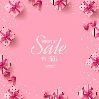 Festa della mamma con una piccola confezione regalo su sfondo rosa.