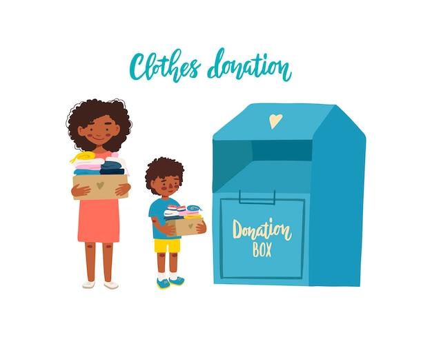 Madre e figlio che tengono scatole di cartone con vestiti per donazione o riciclaggio e contenitore per vestiti.