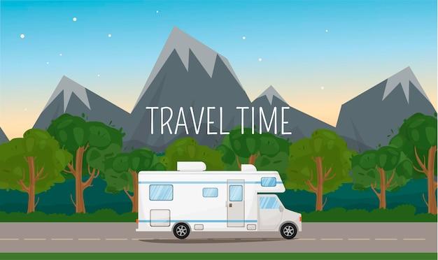 Camper caravan camper corse sulla strada. paesaggio con colline, montagne e alberi. vacanze estive, campeggio, viaggi, gite, escursioni, fumetto illustrazione vettoriale. tempo di viaggio. illustrazione vettoriale