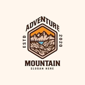 Modello di logo emblema avventura di montagna