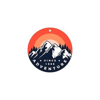 Vettore di progettazione del logo di avventura in montagna