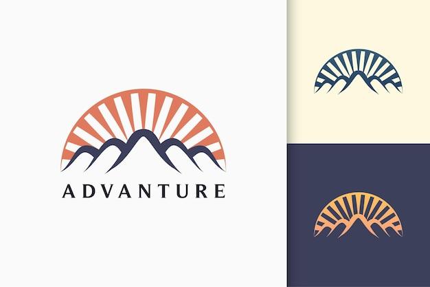 Logo di montagna o avventura in moderno per l'esplorazione o la spedizione