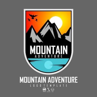 Modello con logo di avventura in montagna