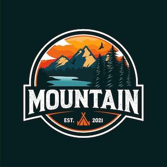 Modello di logo di avventura in montagna