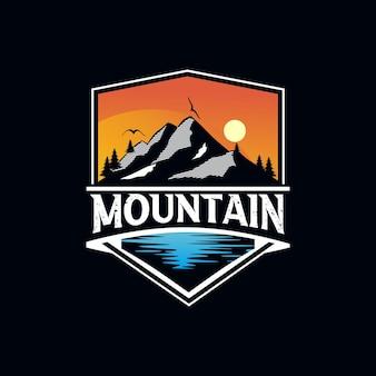 Modello logo avventura in montagna