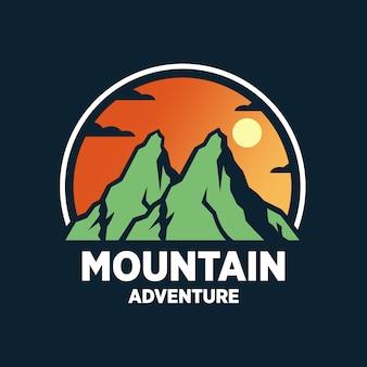 Modelli di logo di avventura in montagna