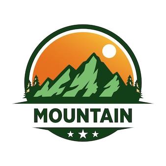 Logo di avventura in montagna Vettore Premium