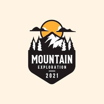 Modello distintivo vintage di avventura in montagna e all'aperto.
