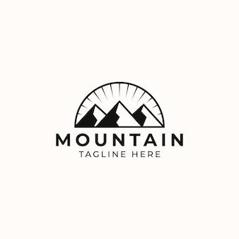 Avventura in montagna e modello di logo vintage all'aperto. stile distintivo o emblema. illustrazione vettoriale
