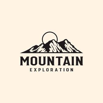 Avventura in montagna e modello di logo vintage all'aperto.