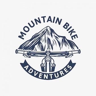 Modello di logo vintage di avventure in mountain bike con manubrio e montagna