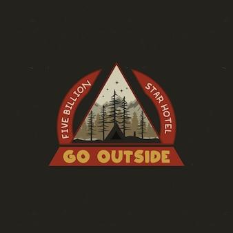 Disegno dell'illustrazione del distintivo di campeggio della montagna.