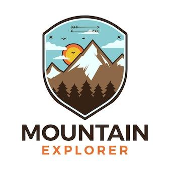 Logo di mountain explorer, design emblema di avventura da campeggio retrò con montagne e alberi. vettore