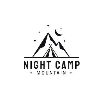 Paesaggio di montagna con luce notturna luna e stelle. avventura outdoor camping logo design