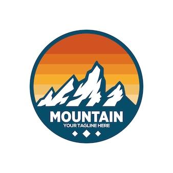 Design del logo di montagna Vettore Premium
