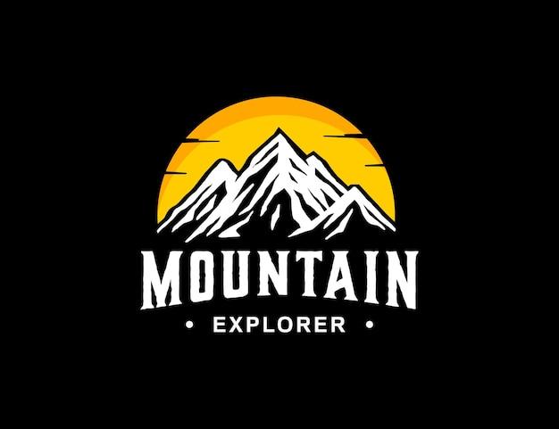 Logo di montagna per azienda di avventure all'aria aperta