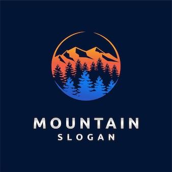 Logo di montagna con concetto di tramonto