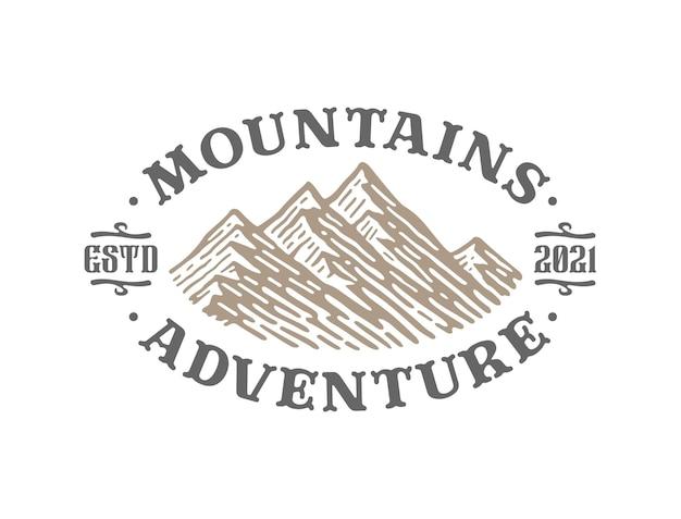 Design vintage logo montagna e avventura all'aria aperta isolato