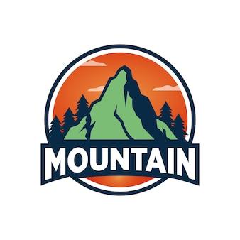 Design del logo all'aperto di montagna