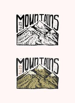 Emblema di picchi di montagna inciso vecchia etichetta o distintivi disegnati a mano dell'annata