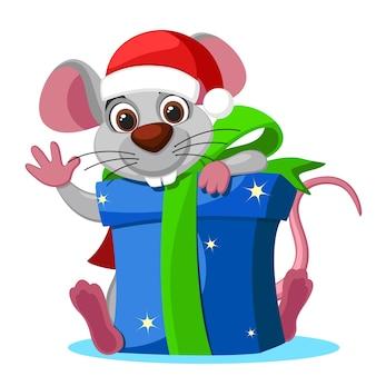Il topo in un cappello guarda da dietro una scatola di regali su uno sfondo bianco, un personaggio. natale