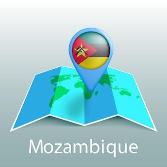 Mappa del mondo di bandiera del mozambico nel pin con il nome del paese su sfondo grigio