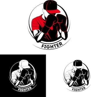 Muay thai kickboxing mma logo sportivo combattente in guantoni da boxe e cappello