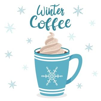 Una tazza di caffè o cacao con panna montata. tazza blu con fiocco di neve. iscrizione manoscritta caffè invernale. lettering.