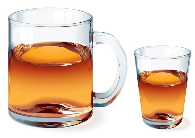 Tazza di tè e colpo di whisky isolzted su bianco