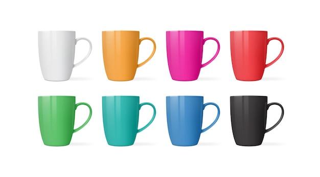 Tazze di diversi colori isolati su sfondo bianco