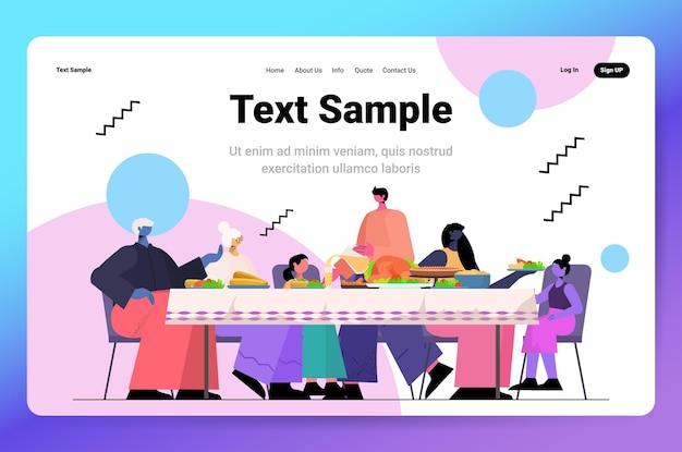 Famiglia multi-generazione che celebra felice giorno del ringraziamento persone sedute a tavola con cena tradizionale copia spazio orizzontale illustrazione vettoriale a figura intera
