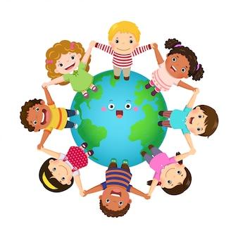 Bambini multiculturali si tengono per mano insieme in tutto il mondo. giornata dei bambini felici.