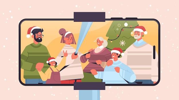 Famiglia multigenerazionale in cappelli di babbo natale prendendo selfie foto sulla fotocamera capodanno vacanze di natale celebrazione concetto smartphone schermo orizzontale ritratto illustrazione vettoriale