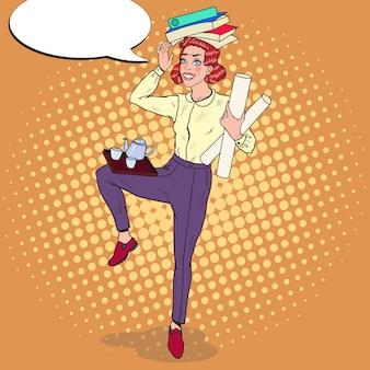 Donna d'affari multitasking al lavoro