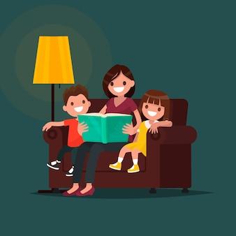 La mamma legge il libro ai bambini.