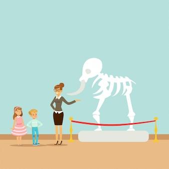 Guida del museo che racconta ai bambini lo scheletro di dinosauro, i bambini nel museo di paleontologia illustrazione